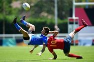 Tommaso Jannelli, de Italia y el español Javier Mario Carrion Llorens, durante el partido en Colomiers.