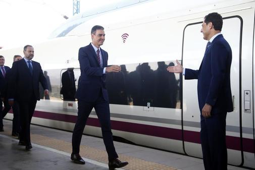 Moreno Bonilla recibe al presidente del Gobierno, Pedro Sánchez, en la inauguración del AVE a Granada.