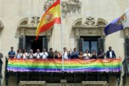 Izada de la bandera arcoiris en 2018 con Barcala como alcalde y con la presencia de Diversitat.