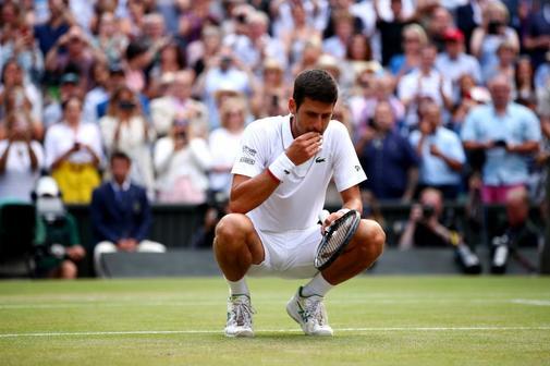 Djokovic come la hierba de Wimbledon tras ganar la final.