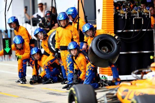 Los mecánicos de McLaren reciben a Norris en Silverstone.
