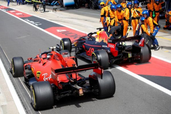 Leclerc y Verstappen, enzarzados en el 'pit lane'.