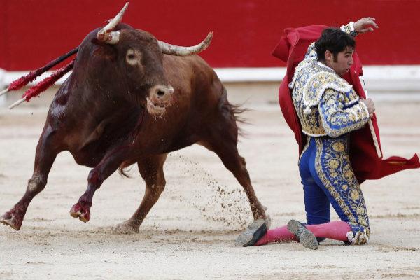 Molinete de Cayetano con el tercer toro de Núñez del Cuvillo, este viernes, en Pamplona.