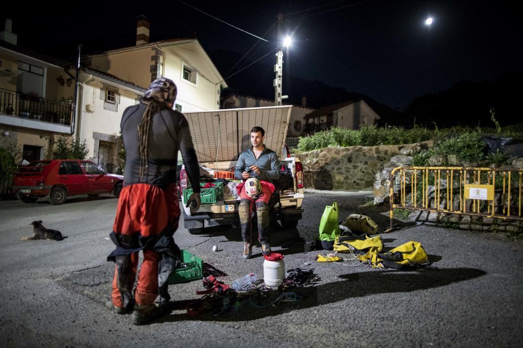 Efectivos del 112 y del equipo de rescate han preparado un dispositivo de búsqueda de tres espeleólogas que se adentraron en la cueva de Cueto-Coventosa, en Arredondo, y no salieron a la hora prevista.