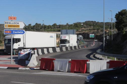 Obras en la carretera de acceso al aeropuerto, en Torreblanca.