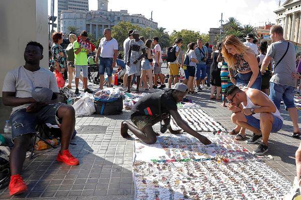 Venta ambulante ilegal en la zona del barrio de la Barceloneta.