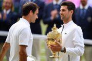Djokovic posa con el trofeo de Wimbledon.