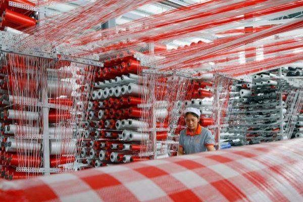 Un empleada en una fábrica de embalajes plásticos en la ciudad de Suqian, en China.