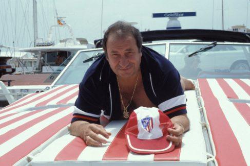 Gil, en Marbella, con una gorra sobre un yate con los colores del Atlético.