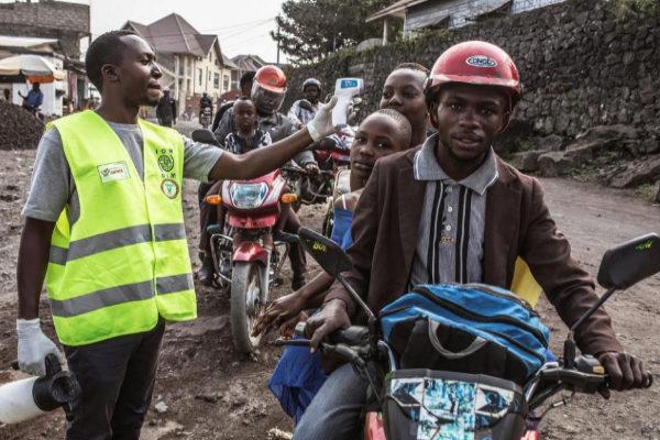 Un trabajador sanitario mide la temperatura a varias personas en Goma.