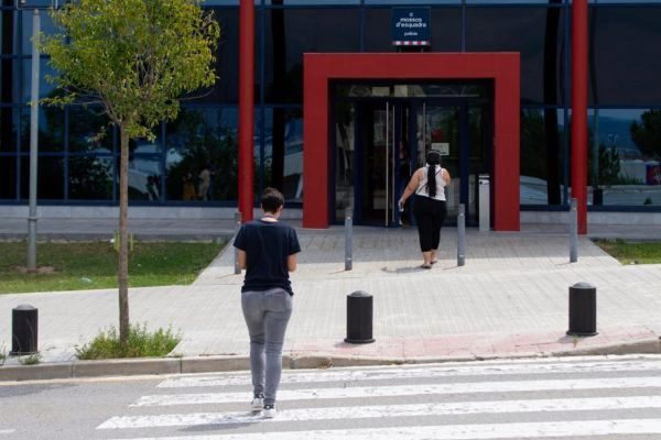 GRAF4111. <HIT>MANRESA</HIT>.- Vista de la Comisaría de los Mossos d'Esquadra en la localidad barcelonesa de <HIT>Manresa</HIT>, en la que cuatro jóvenes de edades cercanas a los 20 años han sido detenidos por los Mossos d'Esquadra esta madrugada por la presunta agresión sexual a una chica de 17 años.-