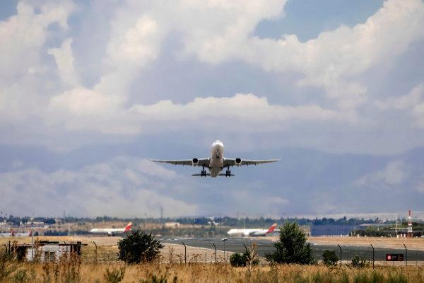 Un avión, despegando desde Barajas.