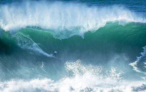 El surfista Damien Poullenot cabalga una ola en el 'Nazaré Challenge', que se celebró el pasado noviembre.