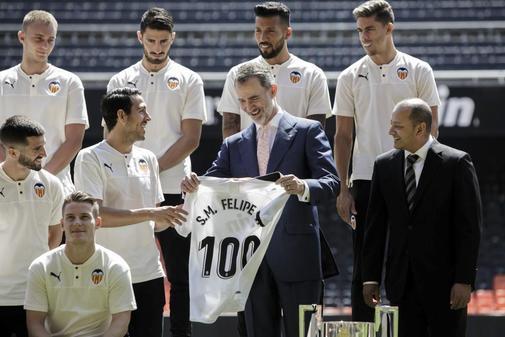 El Rey Felipe VI recibe una camiseta conmemorativa del Centenario del Valencia de manos de Dani Parejo.