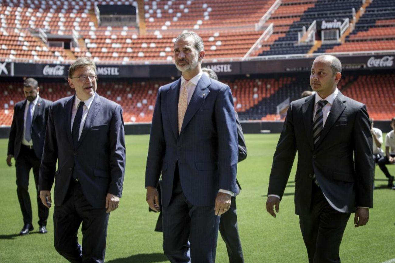 El Rey Felipe VI, en Mestalla junto al presidente de la Generalitat, Ximo Puig, y el del Valencia, Anil Murthy.