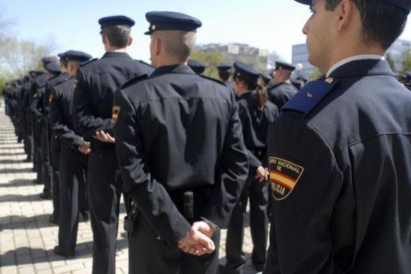 Agentes de la Policía Nacional durante la toma de posesión de su cargo.