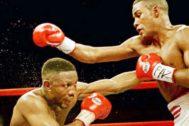 Whitaker, a la izquierda, en su pelea de 1999 ante Trinidad.