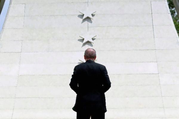 El presidente turco, Recep Tayyip Erdogan, visita el Memorial de los Mártires en el Palacio Presidencial de Ankara.