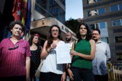 Isa Serra (dcha.) sostiene la denuncia con Sol Sánchez, y ante la presencia de Beatriz Gimeno.