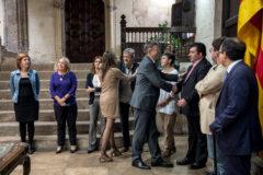 El preisdente de la Generalitat, Ximo Puig, y la vicepresidenta, Mónica Oltra, saludan a los miembros del Consell Rector.