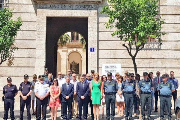 Minuto de silencio a las puertas de la Delegación del Gobierno en Valencia.
