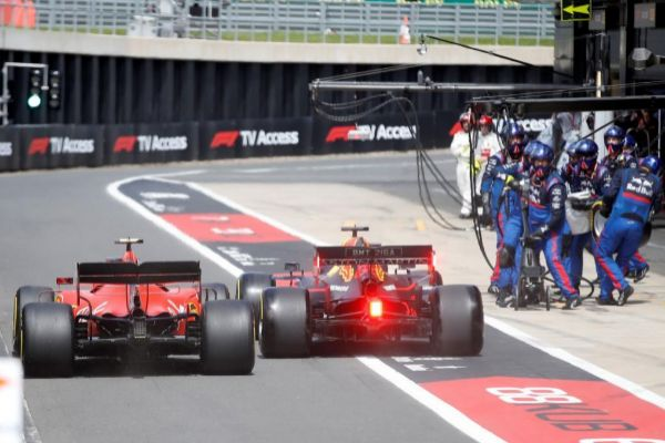 Leclerc y Verstappen, en el 'pit lane' en Silverstone.