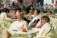 Imagen de archivo de residentes en una terraza, en Torrevieja.