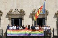 Bandera LGTBI colgada en uno de los balcones del Ayuntamiento de Alicante, con toda la corporación menos representantes del PSOE y de Vox.