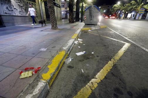 Basura tirada cerca de un contenedor en Alicante, en imagen de archivo.