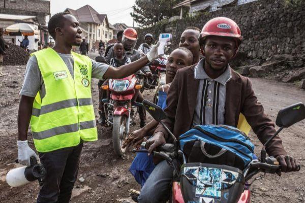 -FOTODELDIA- GRAF4431. GOMA.- La ciudad de Goma, principal nudo comercial y económico de la región congoleña de Kivu del Norte, en la que viven más de un millón de personas, cuenta con numerosos puntos de control sanitarios en los que todos los viajeros deben lavarse las manos con agua con clorina y demostrar que no tienen fiebre como medida de precaución para combatir la propagación del virus del <HIT>ébola</HIT>. Este lunes de detectó en esta gran urbe el primer caso de <HIT>ébola</HIT> de un pastor evangelista procedente de Butembo. Hasta la fecha, más de 1.600 personas ya han fallecido en el noreste de la RDC a causa de este brote.