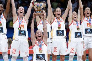 Laia Palau alza el título de campeonas de Europa en el último Eurobasket.