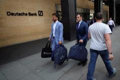 La imagen de dos sastres saliendo de Deutsche Bank que provocó la polémica.