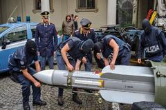 La Policía de Turín transporta el misil decomisado.