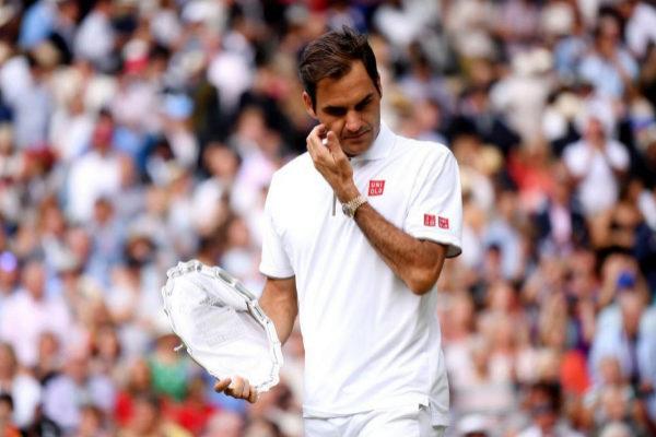 Roger Federer, con el trofeo de subcampeón de Wimbledon.