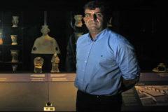 El director del Marq Manuel Olcina, a l'àrea romana del museu, d'on han escollit diversos gots per a enviar-los a Teheran.