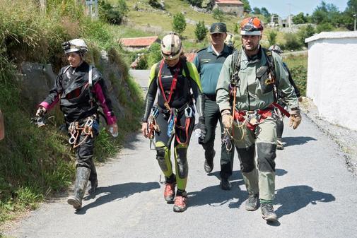 Dos de las tres espeleólogas tras su salida de la cueva cántabra Cueto-Coventosa.