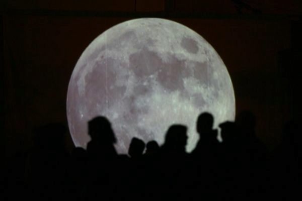 Ambiente en el Planetario de Madrid para observar el eclipse total de Luna de 2007