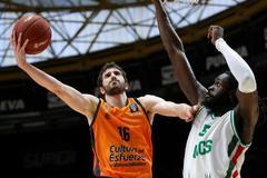 El base del Valencia Basket Guillén Vives encesta ante Maurice Ndour, del Unics Kazan.