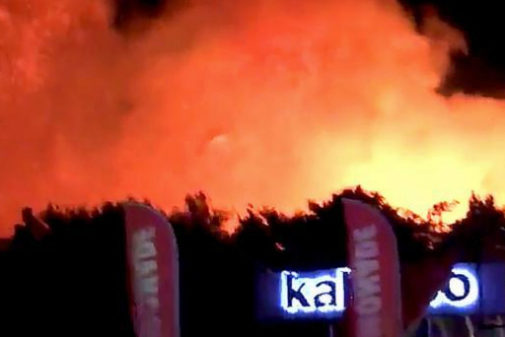 La gentes abandona el festival 'Fresh Island' en Novalja, Croacia, por un intenso fuego.