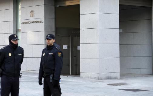 Dos policías vigilan una de las puertas de acceso a la Audiencia Nacional, en una imagen de archivo.