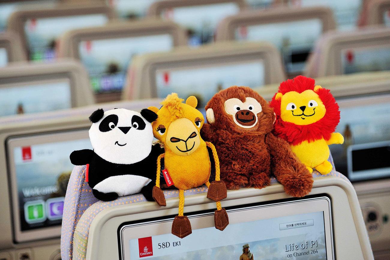 Nada más embarcar, las azafatas de Emirates hacen una foto familiar,...