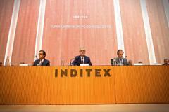Pablo Isla (c), durante la junta general de accionistas de Inditex este martes.