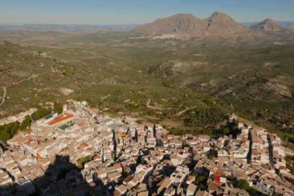 Albanchez de Mágina, en Jaén, desde las almenas de su castillo fronterizo.