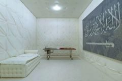La pieza: una cama, una mesa de autopsias y una bandera de Arabia Saudí.
