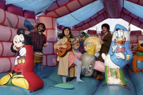 La cantante Lorena Álvarez y su banda.