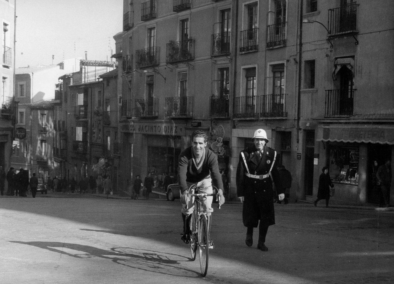 El conocido ciclista (c) sonríe subido en su bicicleta, al lado de un...