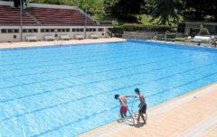 Dos niños juegan en una piscina municipal de Madrid.