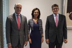 Andrea Orcel posa junto a Ana Botín y José Antonio Álvarez tras anunciar su fichaje por el banco, el pasado mes de septiembre.