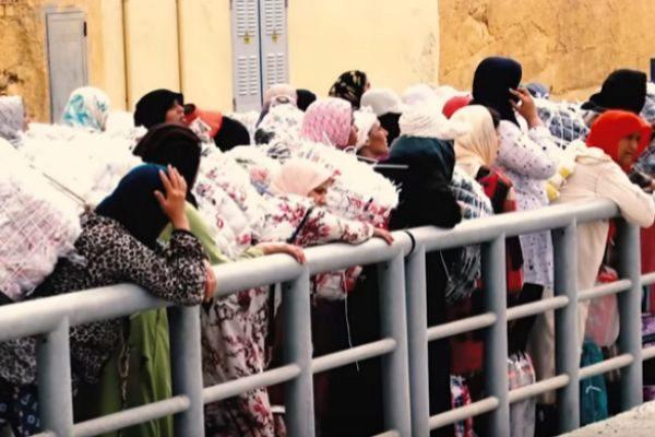 Miles de mujeres porteadoras cruzan la frontera todos los días.