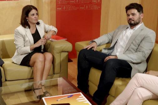 Gabriel Rufián y Adriana Lastra, durante su reunión en el Congreso